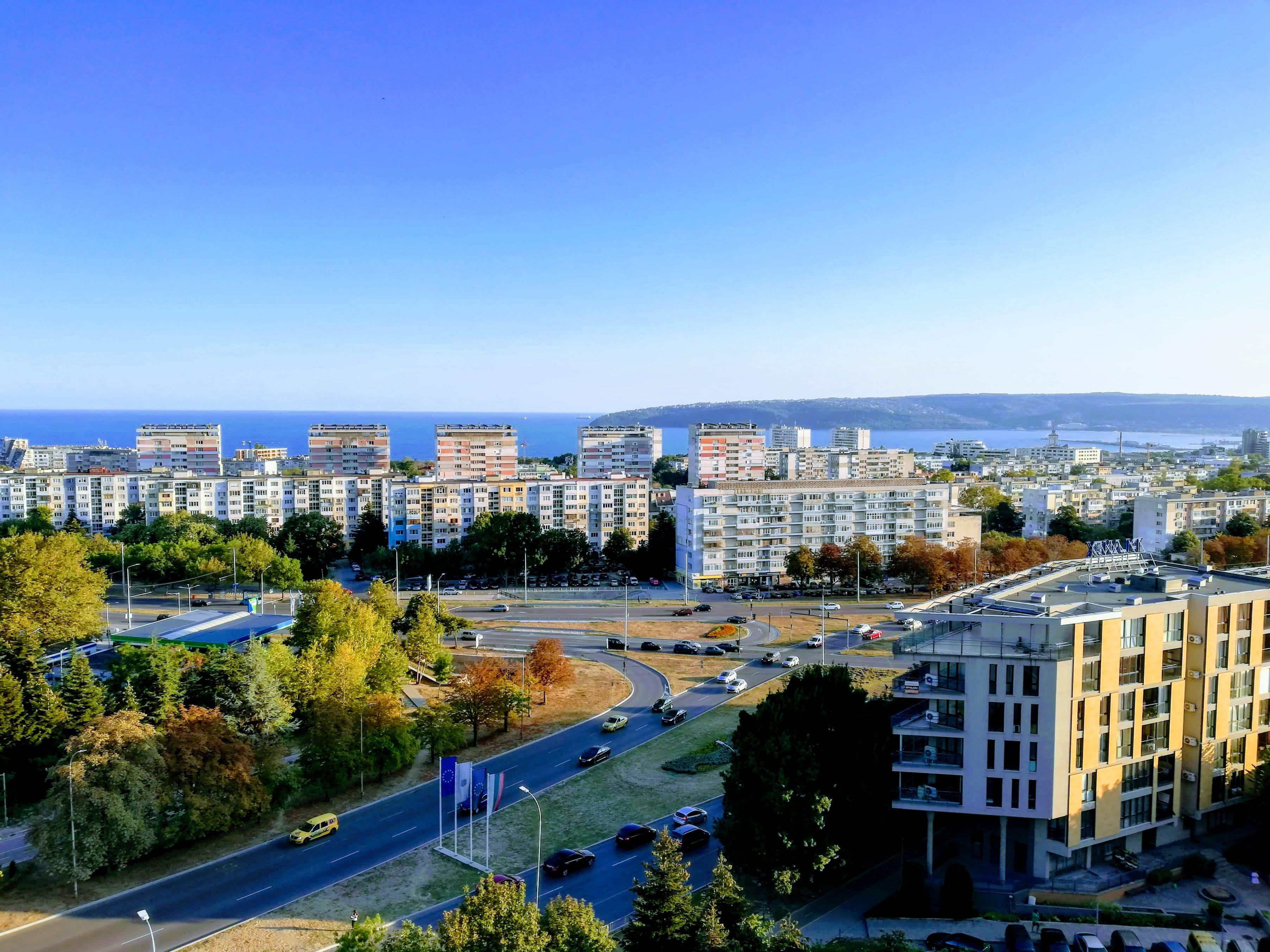 Панорамен и слънчев тристаен апартамент